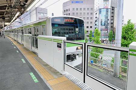 山手線大塚駅で可動式ホーム柵の使用開始