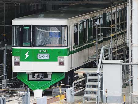 ニューシャトル1050系52編成が200系新幹線電車カラーに