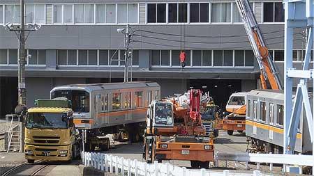 東京メトロ01系第38編成が搬出される