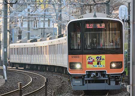 東武鉄道50000系51003編成に「クレヨンしんちゃん25周年」ヘッドマーク