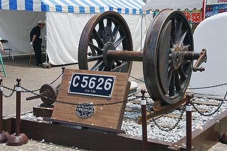 野辺山駅前でC56 26の動輪展示開始