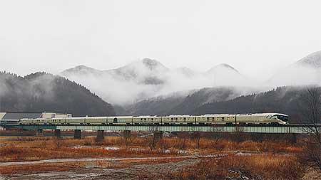 「TRAIN SUITE 四季島」が日中の陸羽東線で試運転
