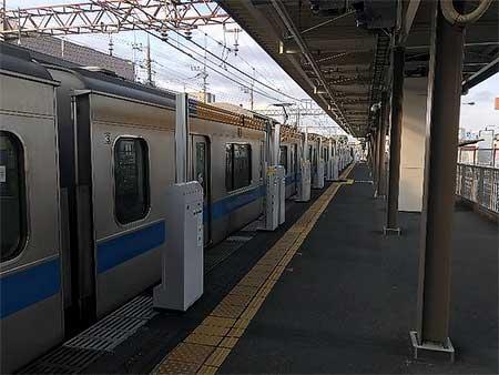 愛甲石田駅に設置される「昇降バー式ホーム柵」