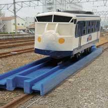 11月23日JR四国,巨大な青いレールに乗った「鉄道ホビートレイン(プラレール号)」を展示