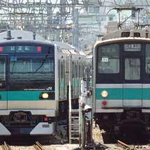 E233系2000番台,代々木上原で207系900番台と並ぶ