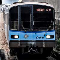 横浜の街を駆け抜ける「ブルーライン」の快速電車
